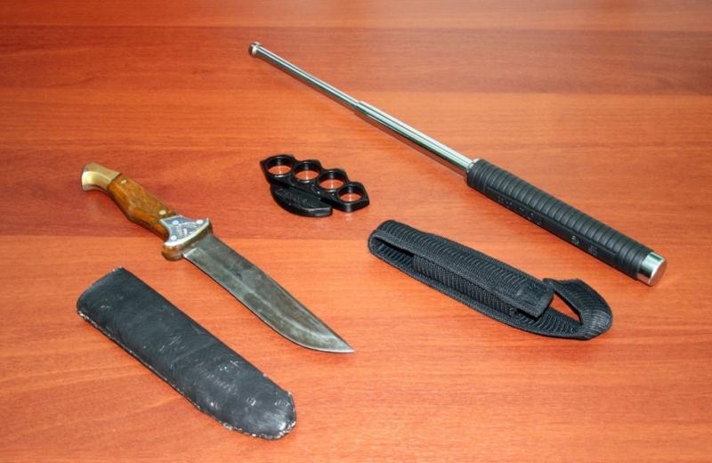 Кастет, нож и дубинка